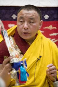 Karma Senge Rinpoche bestows the Avalokiteshvara abhisheka. Photo by Marvin Moore.